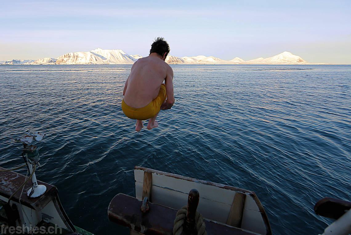 Sprung in die arktische See bei 1.5° C Wassertemperatur