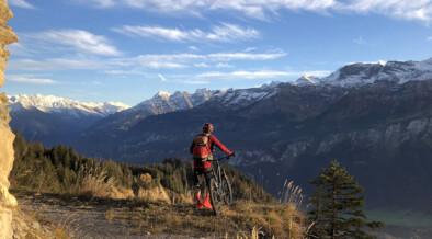 Biker oberhalb Lammbachgraben mit Blick ins Haslital