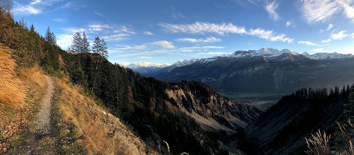 Panoramablick über den Lammbachgraben oberhalb Brienz
