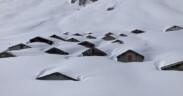 verschneite Hütten auf der Bachalp - Foto: David Wicki, SLF