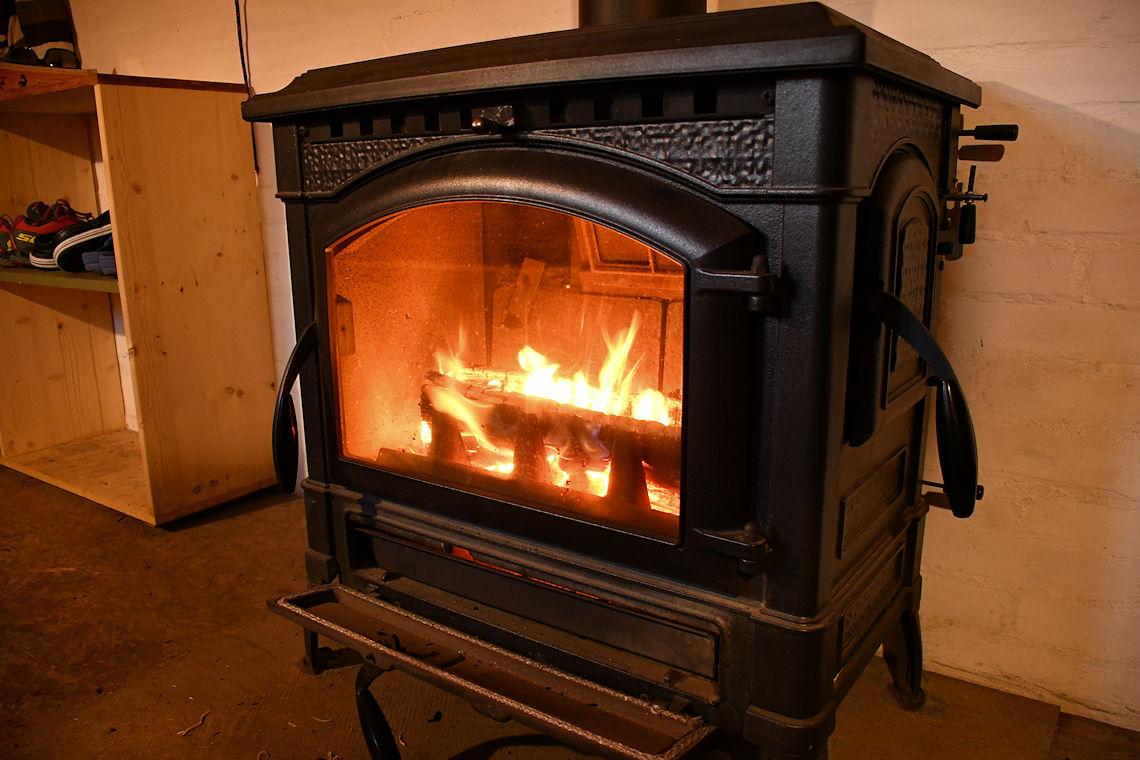 brennendes Feuer im Holzofen